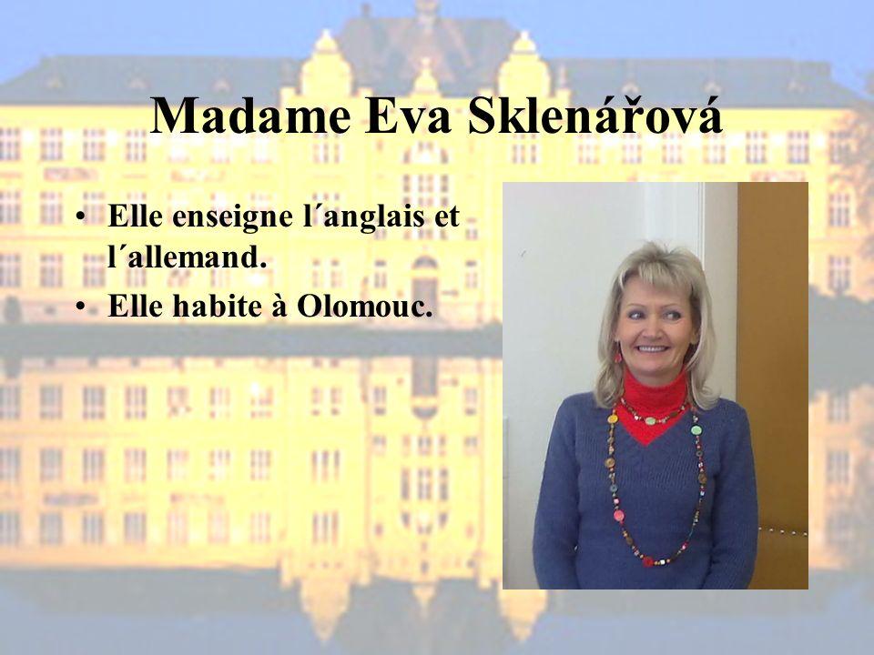 Madame Eva Sklenářová Elle enseigne l´anglais et l´allemand. Elle habite à Olomouc.