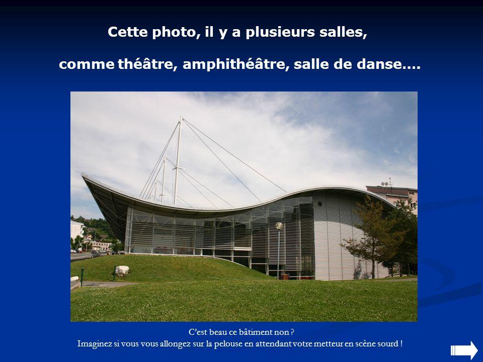 Cette photo, il y a plusieurs salles, comme théâtre, amphithéâtre, salle de danse….