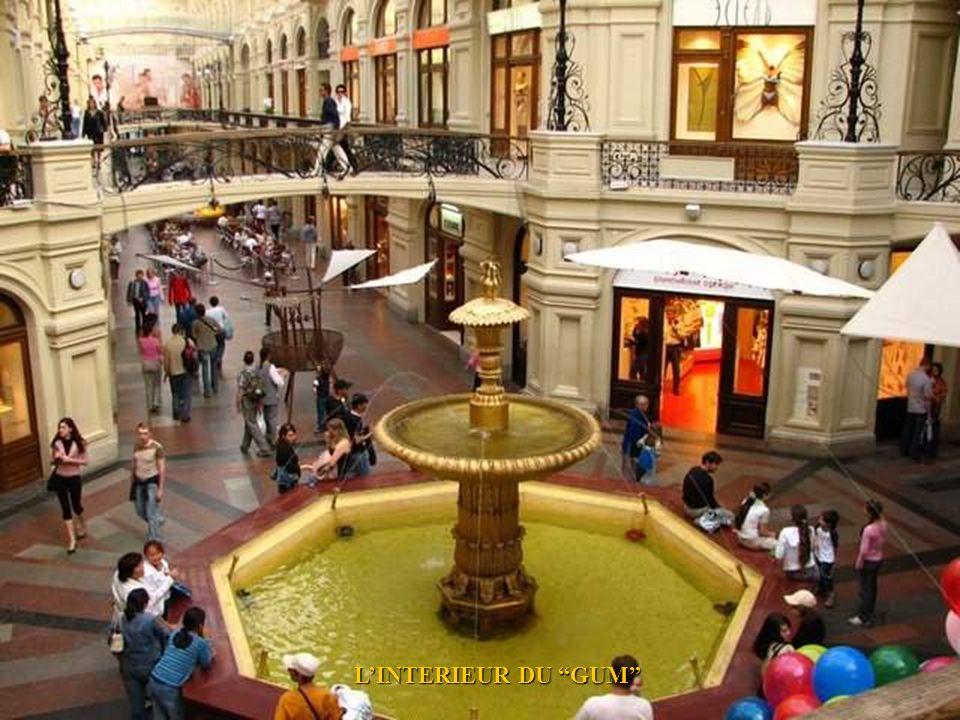EL GUM (GOSUDARSTVENNY UNIVERSALNY MAGAZIN) MAGASIN DETAT SUR LA PLACE ROUGE A MOSCOU