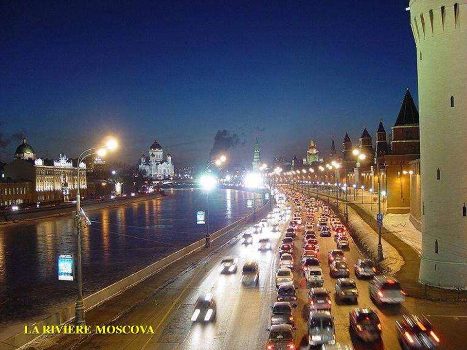 LE PONT SUR LA RIVIERE MOSCOVA ET LA VUE DU KREMLIN