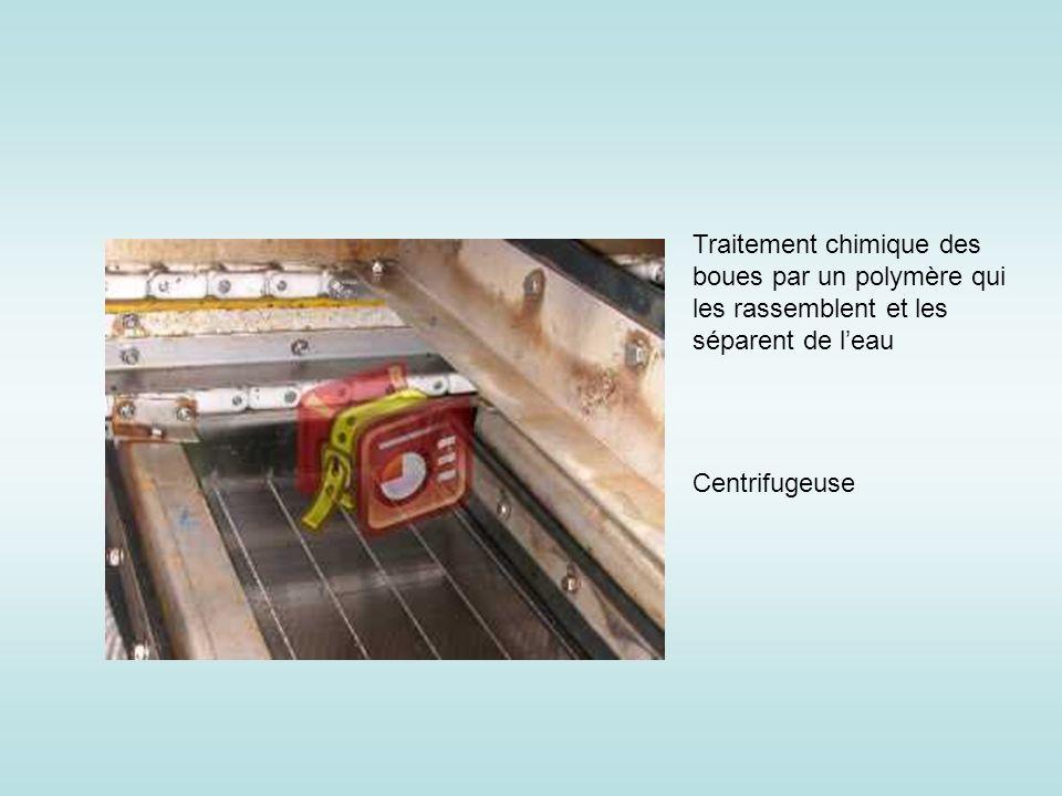 Traitement chimique des boues par un polymère qui les rassemblent et les séparent de leau Centrifugeuse