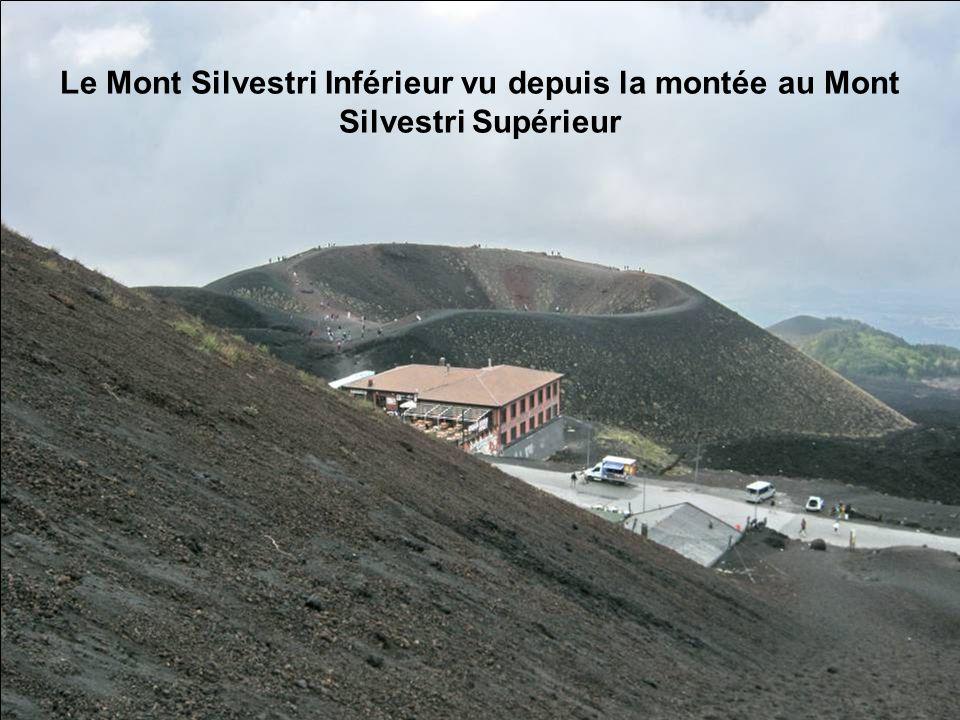 La coulée de lave de 2001 sest arrêtée ici..! Et maintenant faisons le tour du Mont Silvestri Supérieur
