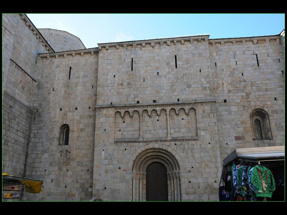 La cathédrale dUrgell, construite en 1116 donc du XII me siècle, est une des plus anciennes cathédrales de Catalogne