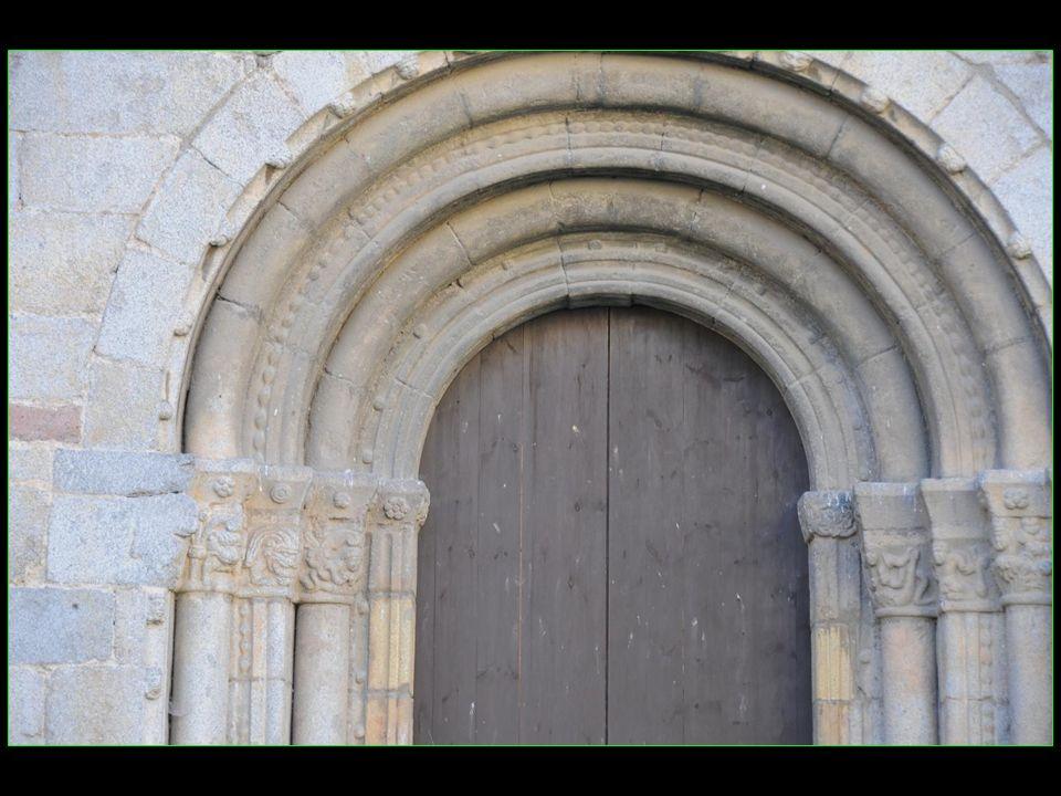 La cathédrale Santa Maria dUrgell est unique en Catalogne avec son style roman italien sur les ornements de sa façade