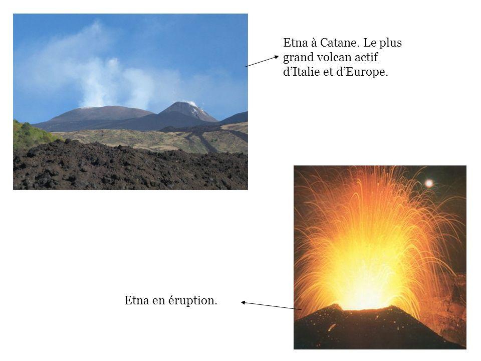 Etna en éruption. Etna à Catane. Le plus grand volcan actif dItalie et dEurope.