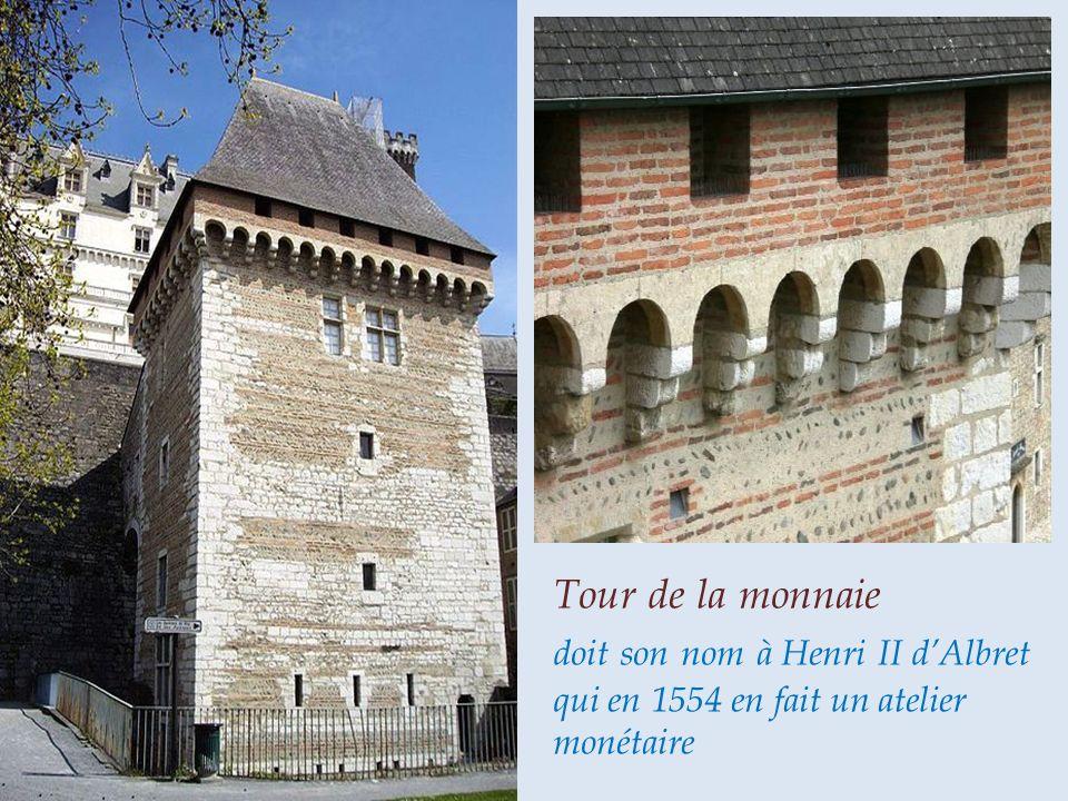 Le château de Pau domine le Gave, les 2 tours datent du XIIe siècle, le donjon quadrangulaire a été élevé au XIVe siècle, le château fut forteresse des vicomtes du Béarn, château fort de Phébus, berceau du bon roi Henri IV et résidence Royale à la renaissance.