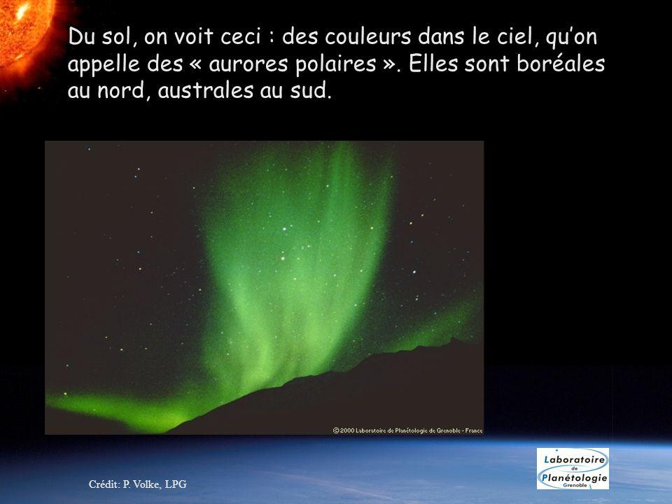 Du sol, on voit ceci : des couleurs dans le ciel, quon appelle des « aurores polaires ». Elles sont boréales au nord, australes au sud. Crédit: P. Vol