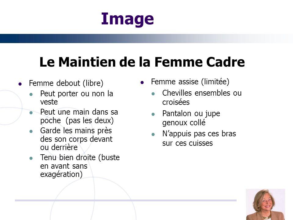 Image Le Maintien de la Femme Cadre Femme debout (libre) Peut porter ou non la veste Peut une main dans sa poche (pas les deux) Garde les mains près d