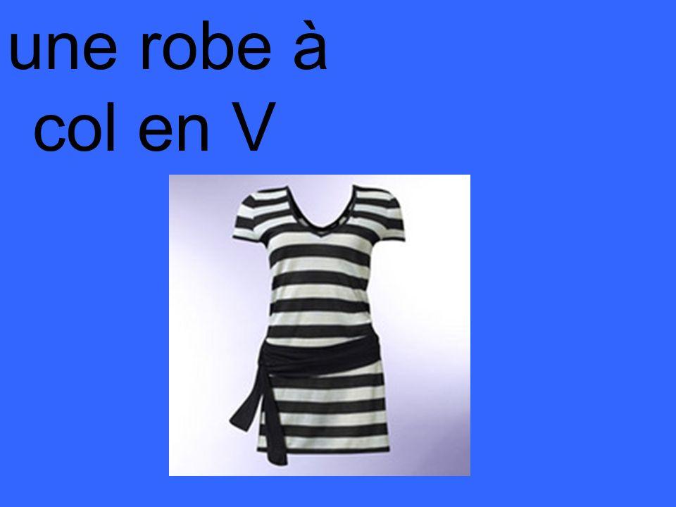 une robe à col en V