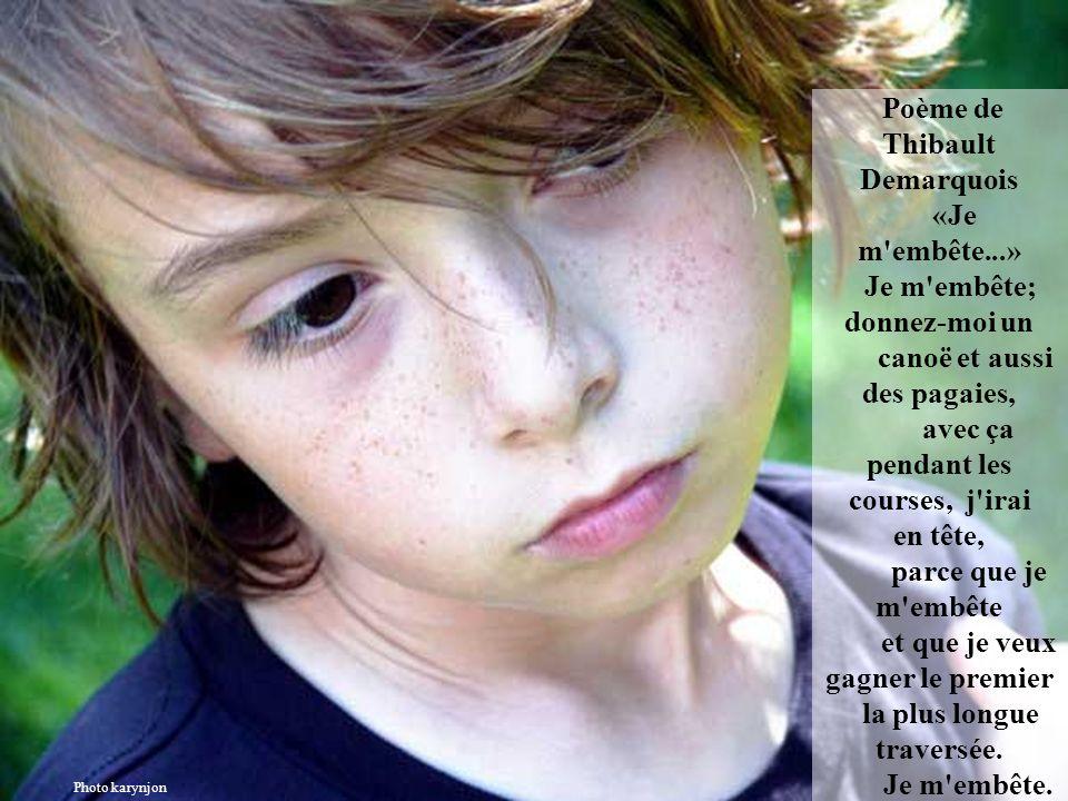 Poème de Benoît Sxay «Je m'embête...» Je m'embête; donnez-moi de petites fleurs et des pommes sous la voûte des arbres, comme un chemin de marbre, par