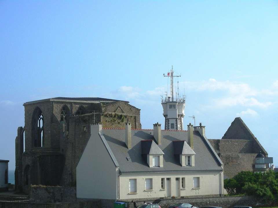 Labbaye de la pointe Saint-Mathieu est en ruines, ses ogives sont ouvertes au vent et encadrent le sémaphore.