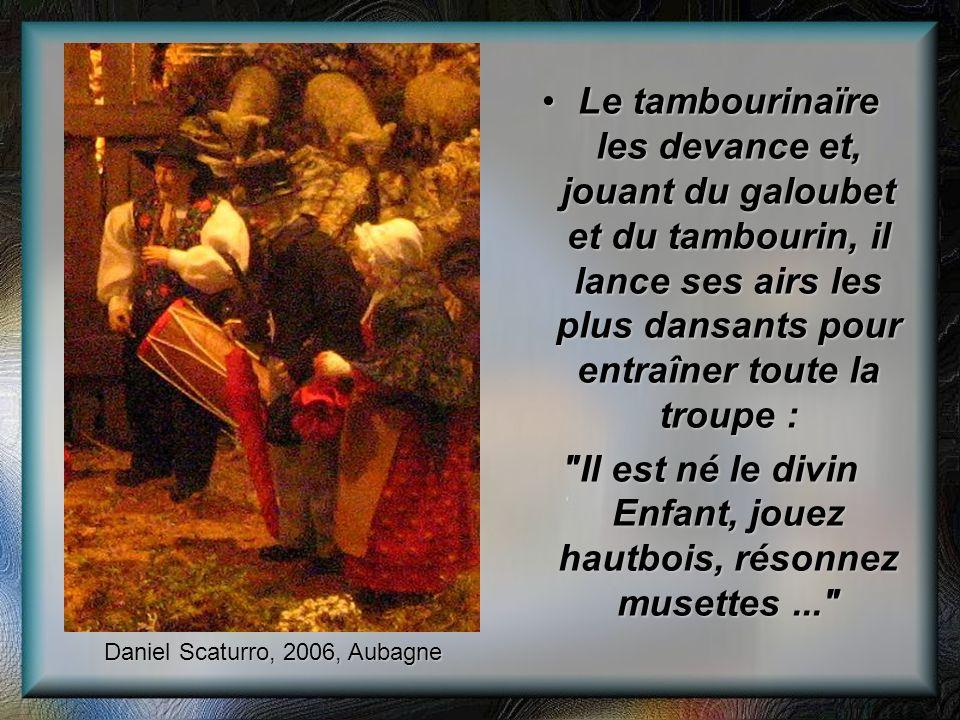 Le tambourinaïre les devance et, jouant du galoubet et du tambourin, il lance ses airs les plus dansants pour entraîner toute la troupe :Le tambourina