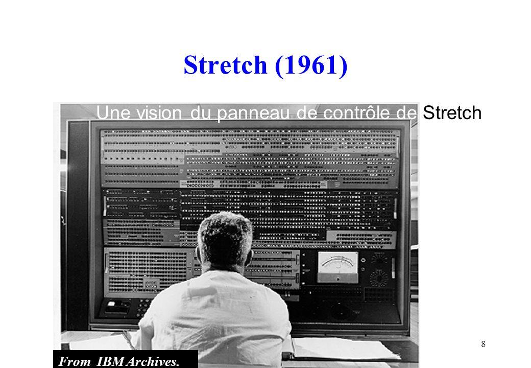 9 Deux ingénieurs de Stretch devant les dix-huit placards formant le CPU et la console de maintenance reliée.