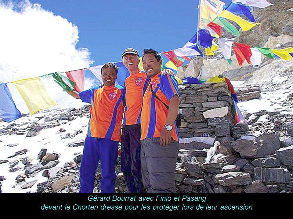 K A B U L Gérard Bourrat avec Finjo et Pasang devant le Chorten dressé pour les protéger lors de leur ascension