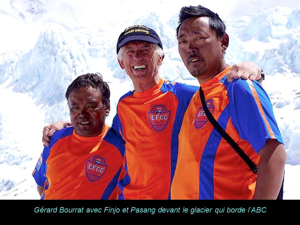 K A B U L Gérard Bourrat avec Finjo et Pasang devant le glacier qui borde lABC