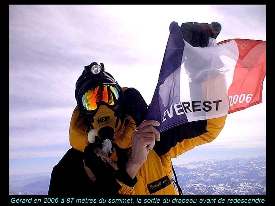 K A B U L Gérard en 2006 à 87 mètres du sommet, la sortie du drapeau avant de redescendre