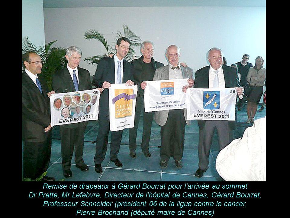 K A B U L Remise de drapeaux à Gérard Bourrat pour larrivée au sommet Dr Pratte, Mr Lefebvre, Directeur de lhôpital de Cannes, Gérard Bourrat, Professeur Schneider (président 06 de la ligue contre le cancer, Pierre Brochand (député maire de Cannes)