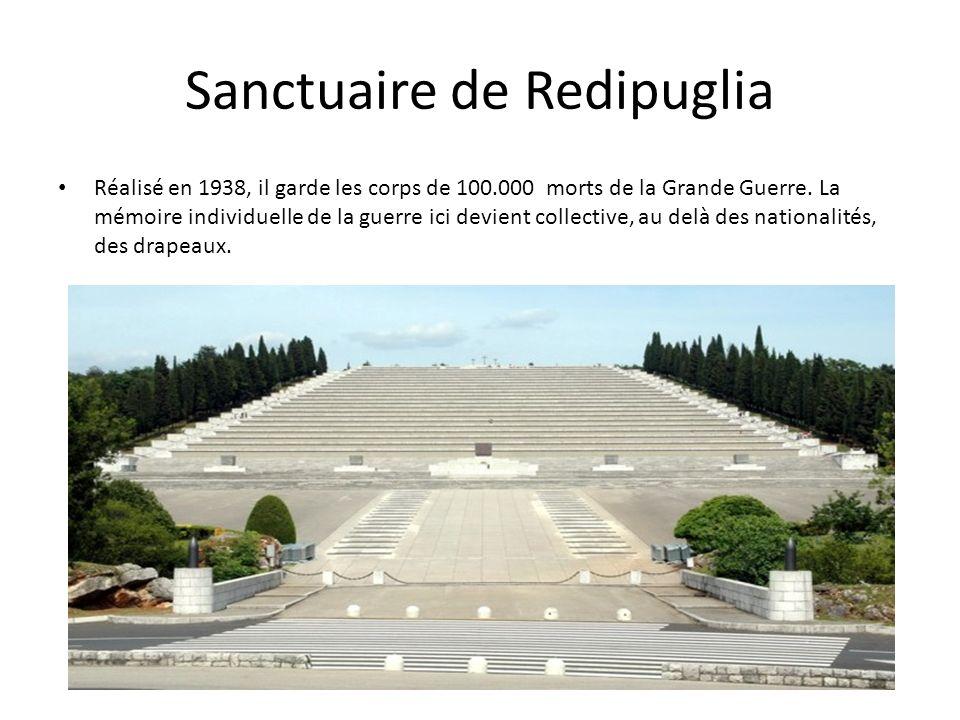 Sanctuaire de Redipuglia Réalisé en 1938, il garde les corps de 100.000 morts de la Grande Guerre. La mémoire individuelle de la guerre ici devient co
