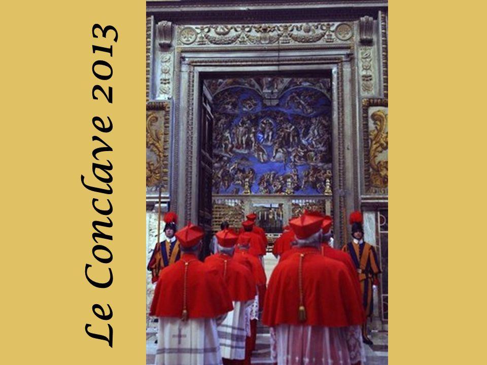 Après que le nouveau Pape a accepté le poste, il se rend à la « chambre des larmes », une petite pièce donnant sur la Chapelle Sixtine, où il mettra de nouveaux habits sélectionnés de nouveaux vêtements fournis, et où il prendra du temps pour réfléchir à ce grand moment.
