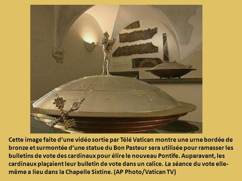 Cette image faite dune vidéo sortie par Télé Vatican montre une urne bordée de bronze et surmontée dune statue du Bon Pasteur sera utilisée pour ramas