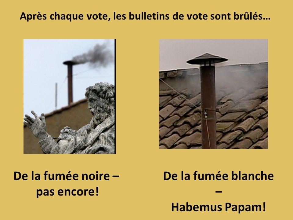 Après chaque vote, les bulletins de vote sont brûlés… De la fumée noire – pas encore! De la fumée blanche – Habemus Papam!