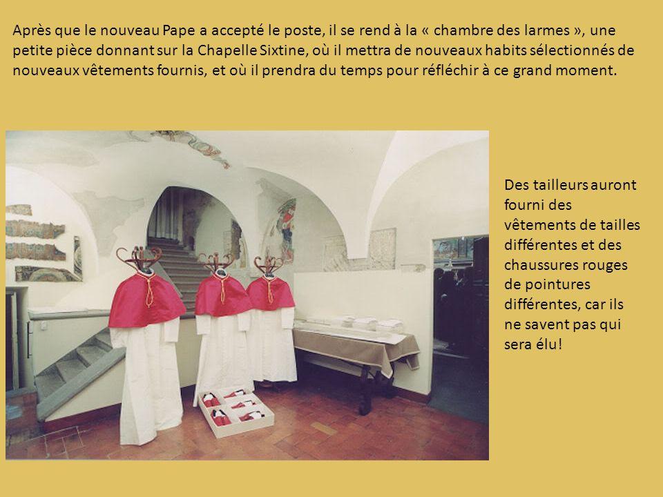Après que le nouveau Pape a accepté le poste, il se rend à la « chambre des larmes », une petite pièce donnant sur la Chapelle Sixtine, où il mettra d