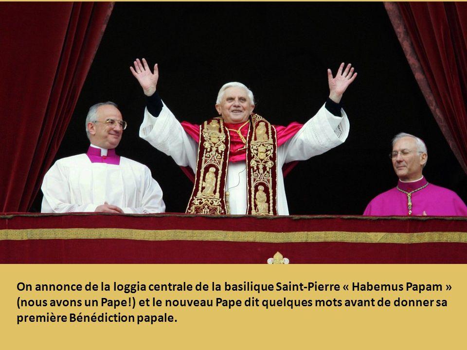 On annonce de la loggia centrale de la basilique Saint-Pierre « Habemus Papam » (nous avons un Pape!) et le nouveau Pape dit quelques mots avant de do