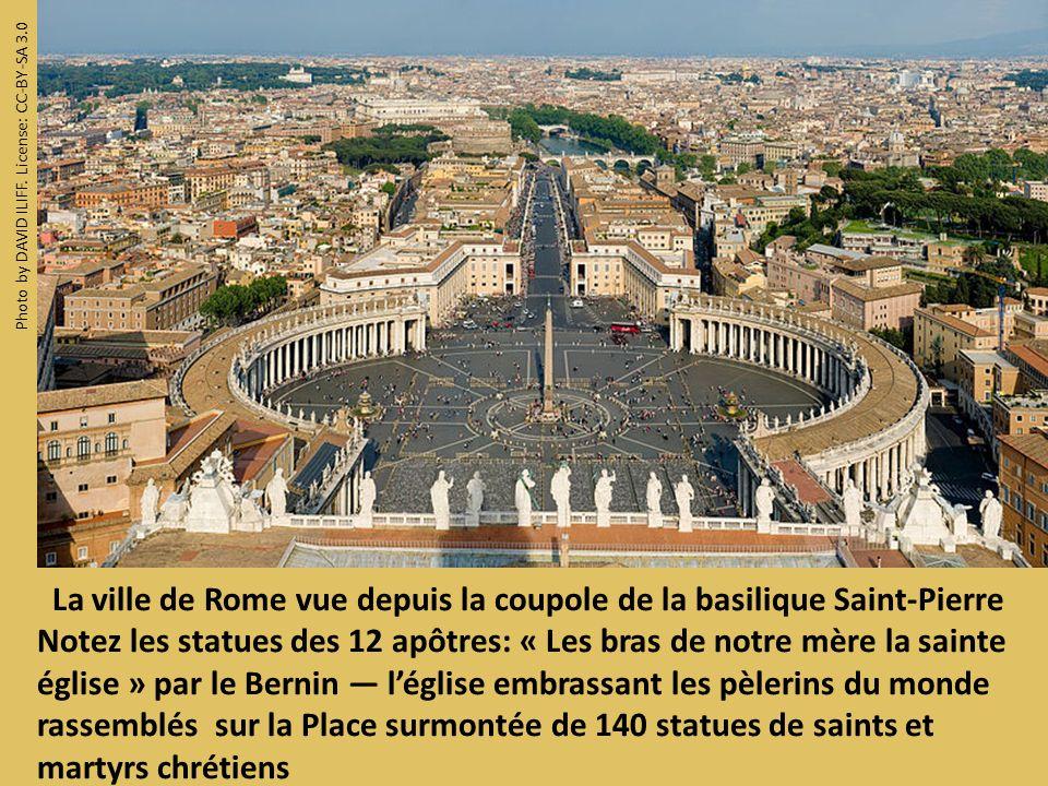 La ville de Rome vue depuis la coupole de la basilique Saint-Pierre Notez les statues des 12 apôtres: « Les bras de notre mère la sainte église » par