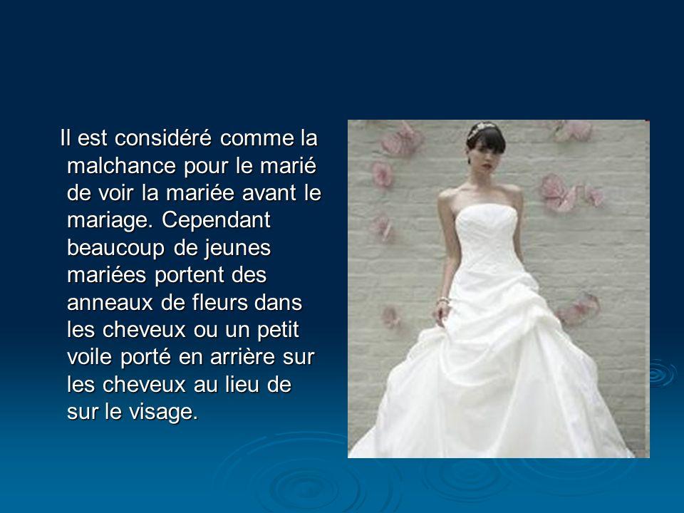 Il est considéré comme la malchance pour le marié de voir la mariée avant le mariage. Cependant beaucoup de jeunes mariées portent des anneaux de fleu