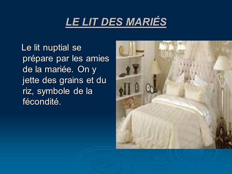 LE LIT DES MARIÉS Le lit nuptial se prépare par les amies de la mariée. On y jette des grains et du riz, symbole de la fécondité. Le lit nuptial se pr