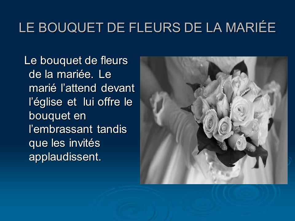 LE BOUQUET DE FLEURS DE LA MARIÉE Le bouquet de fleurs de la mariée. Le marié lattend devant léglise et lui offre le bouquet en lembrassant tandis que