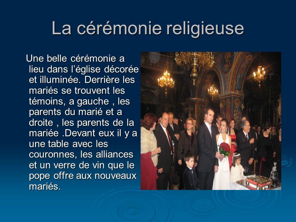 La cérémonie religieuse Une belle cérémonie a lieu dans léglise décorée et illuminée. Derrière les mariés se trouvent les témoins, a gauche, les paren