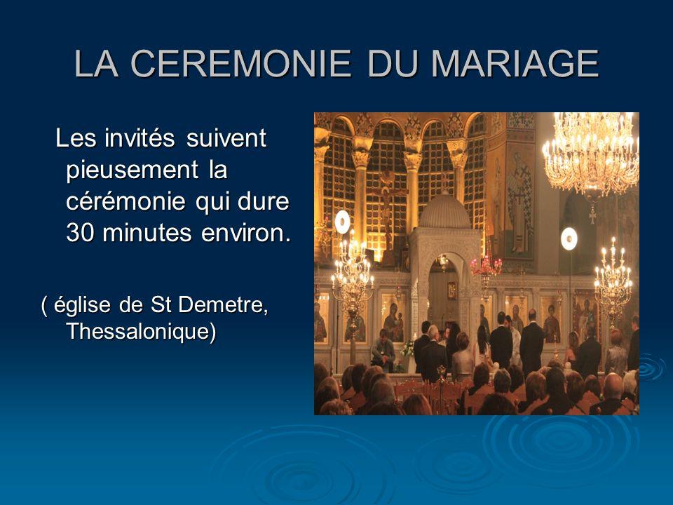 LA CEREMONIE DU MARIAGE Les invités suivent pieusement la cérémonie qui dure 30 minutes environ. Les invités suivent pieusement la cérémonie qui dure