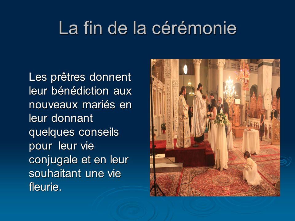La fin de la cérémonie Les prêtres donnent leur bénédiction aux nouveaux mariés en leur donnant quelques conseils pour leur vie conjugale et en leur s