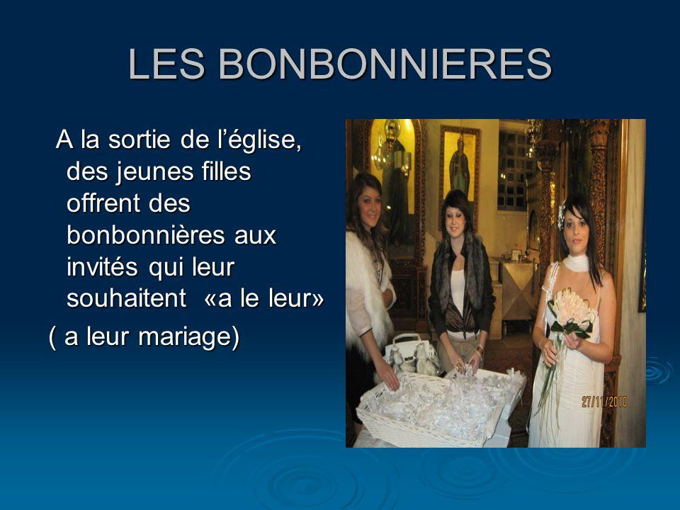 LES BONBONNIERES A la sortie de léglise, des jeunes filles offrent des bonbonnières aux invités qui leur souhaitent «a le leur» A la sortie de léglise