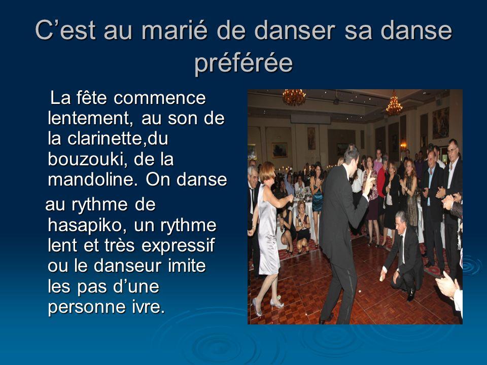Cest au marié de danser sa danse préférée La fête commence lentement, au son de la clarinette,du bouzouki, de la mandoline. On danse La fête commence