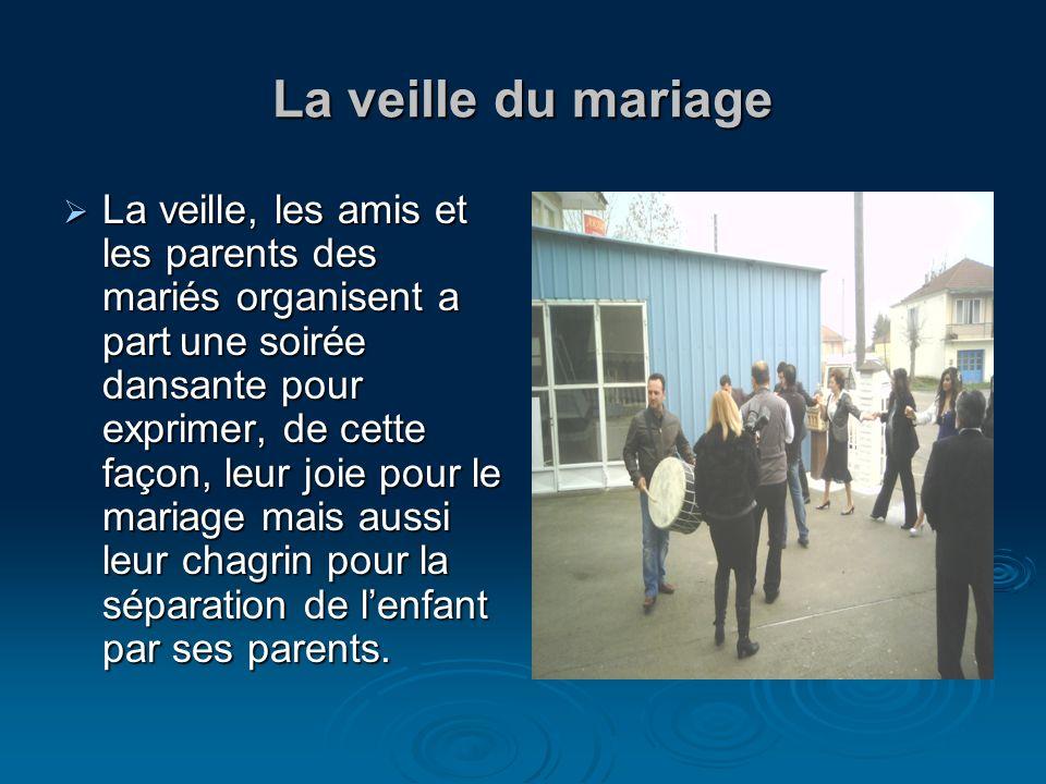 La veille du mariage La veille, les amis et les parents des mariés organisent a part une soirée dansante pour exprimer, de cette façon, leur joie pour