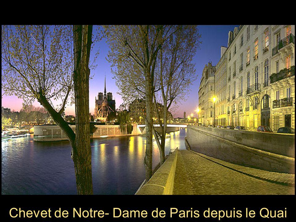 Pied de la Tour Eiffel Paris có gì l không em ?