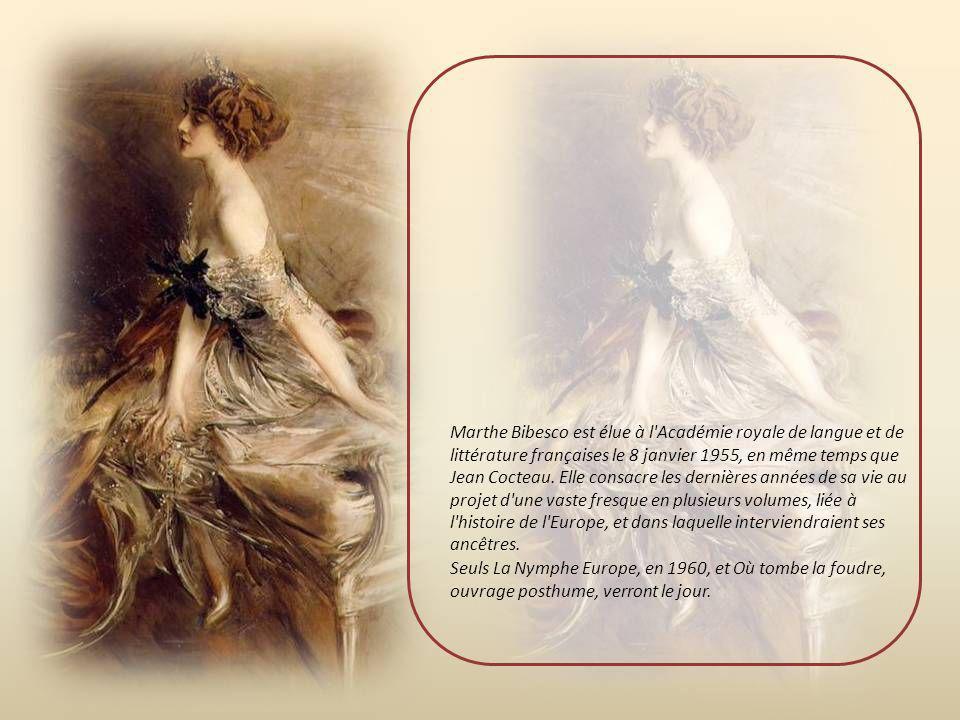 Dès ce moment, elle publie beaucoup. En 1928, c'est un premier essai : Au bal avec Marcel Proust. Elle a rencontré ce dernier occasionnellement et pub