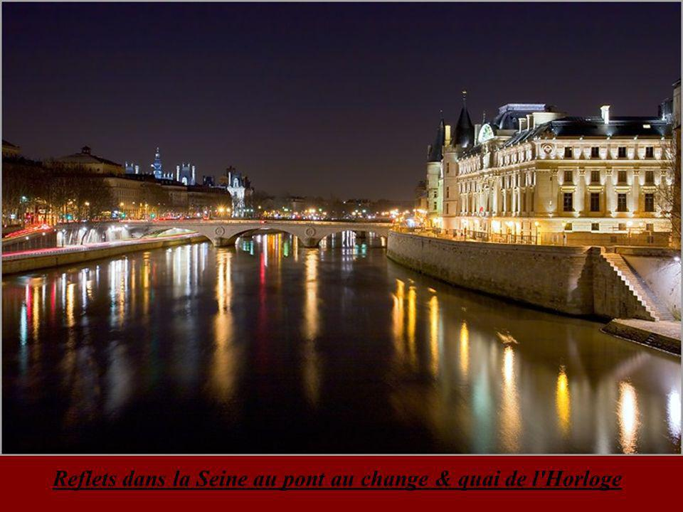 Tour Eiffel & le pont Alexandre III enjambant la Seine de nuit