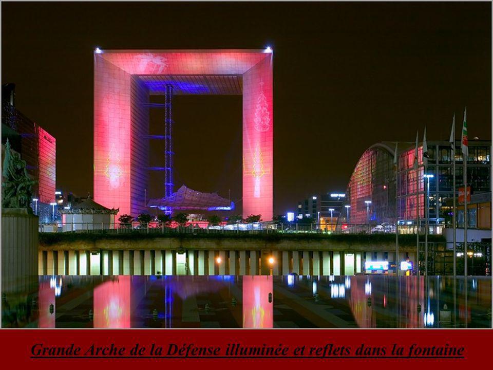 Grande Arche de la Défense illuminée la nuit Esplanade des Invalides photographiée la nuit