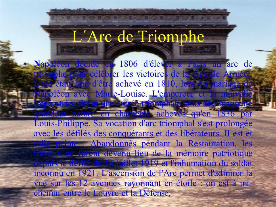 L´Arc de Triomphe Napoléon décide en 1806 d'élever à Paris un arc de triomphe pour célébrer les victoires de la Grande Armée.. L'arc était loin d'être