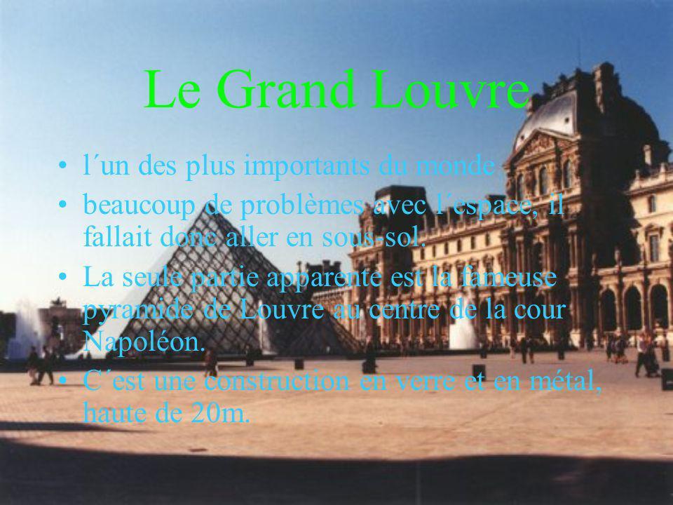 Le Grand Louvre l´un des plus importants du monde beaucoup de problèmes avec l´espace, il fallait donc aller en sous-sol. La seule partie apparente es