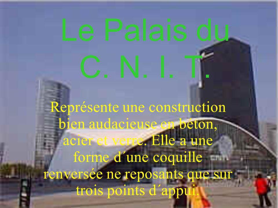 Le Palais du C. N. I. T. Représente une construction bien audacieuse en béton, acier et verre. Elle a une forme d´une coquille renversée ne reposants