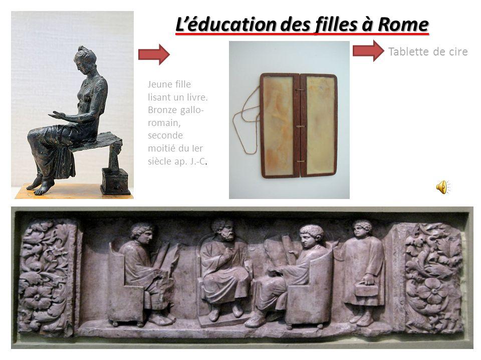 Léducation des filles à Rome Tablette de cire Jeune fille lisant un livre.