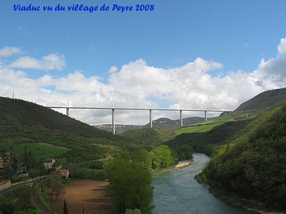 Le viaduc passe entièrement au-dessus de la vallée du Tarn du Causse rouge au Causse du Larzac. Il traverse la route départementale 992 Albi-Millau, l
