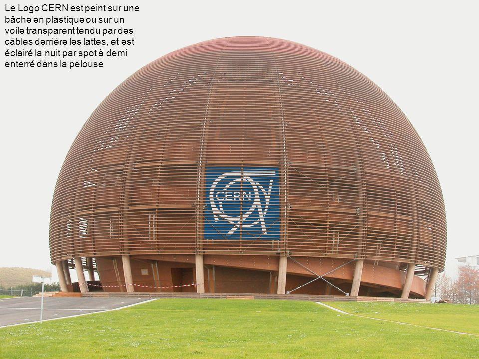 Le Logo CERN est peint sur une bâche en plastique ou sur un voile transparent tendu par des câbles derrière les lattes, et est éclairé la nuit par spo