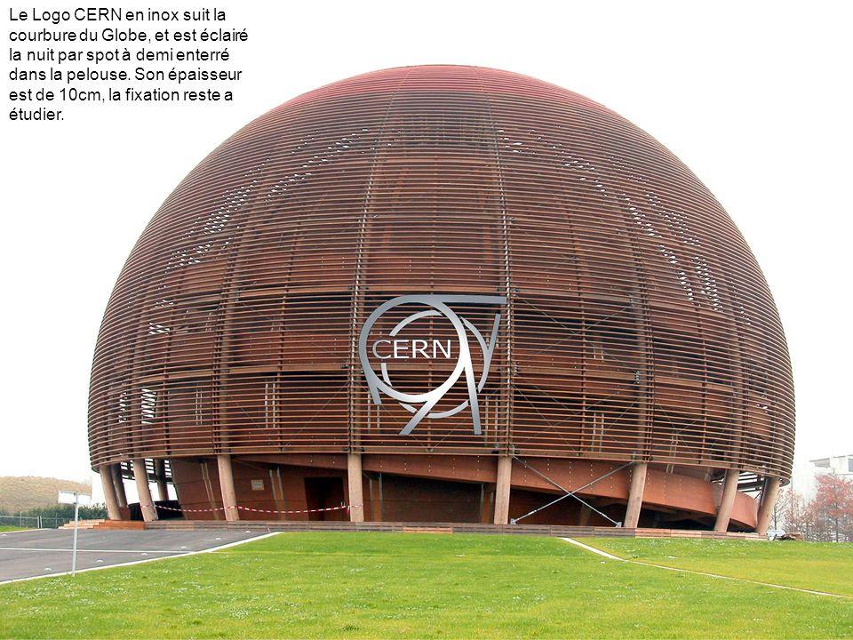 Le Logo CERN en inox suit la courbure du Globe, et est éclairé la nuit par spot à demi enterré dans la pelouse. Son épaisseur est de 10cm, la fixation