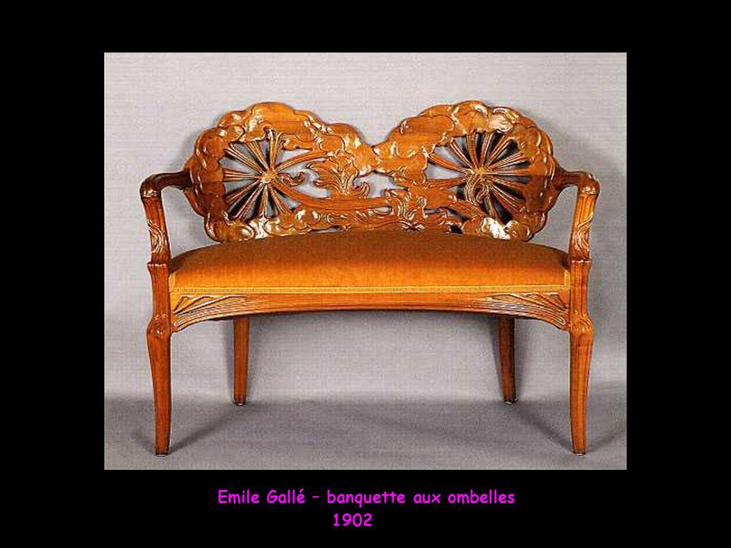 Emile André – sellette En acajou 1871-1933 Emile Gallé – Guéridon Aux libellules 1901 Louis Majorelle Sellette en acajou