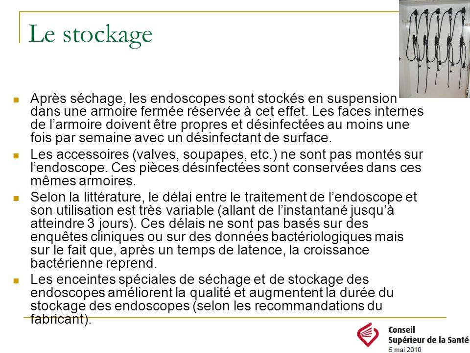 Le stockage Après séchage, les endoscopes sont stockés en suspension dans une armoire fermée réservée à cet effet. Les faces internes de larmoire doiv